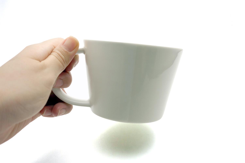 マグカップを手で持つと